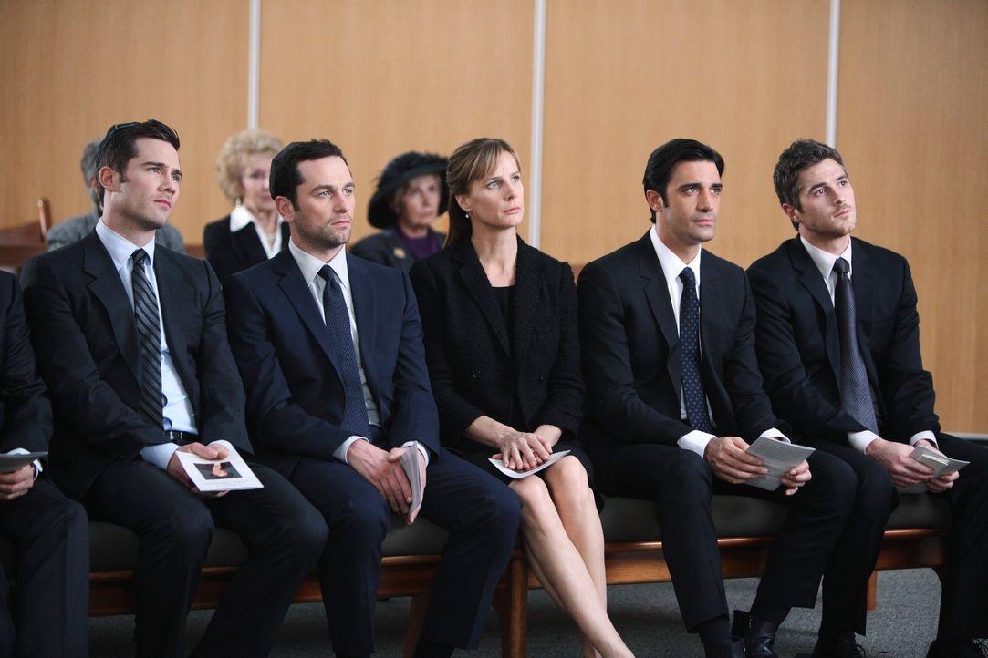 Auf der Trauerfeier wird Scotty (Luke MacFarlane, l.), Kevin (Matthew Rhys, 2.v.l.), Sarah (Rachel Griffiths, M.), Luc (Gilles Marini, 2.v.r.) und J... - Bildquelle: 2011 American Broadcasting Companies, Inc. All rights reserved.