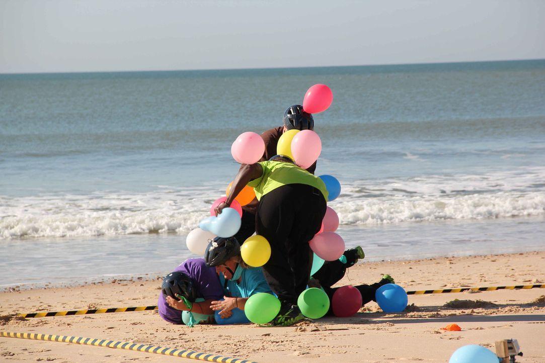 Bei der Luftballonjagd verausgaben sich die Kandidaten. Wer als letzter einen Ballon übrig hat, gewinnt den Wettkampf und darf sich auf eine Belohnu... - Bildquelle: Enrique Cano SAT.1