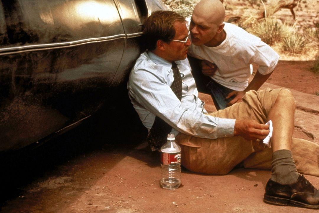 Erst nach einiger Zeit erfährt Michael (Woody Harrelson, vorne), dass Brandon (Jon Seda, hinten) unheilbar an Krebs erkrankt ist und in dem entlegen... - Bildquelle: Warner Bros.