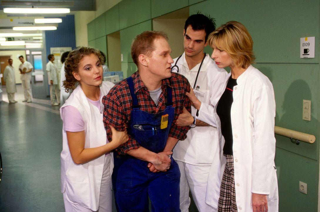 Der Heizungsmonteur Lange (Joachim Paul Assböck, 2.v.l.)  kommt wegen starker Bauchschmerzen in die Klinik und wird von Rosa (Luise Bär, l.), Felix...