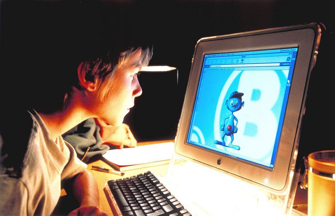 Um das Verhalten seiner trennungswilligen Eltern besser verstehen zu können, surft Fridolin (Max Felder) durchs Internet. Dabei stößt er auf den... - Bildquelle: Rolf von der Heydt ProSieben