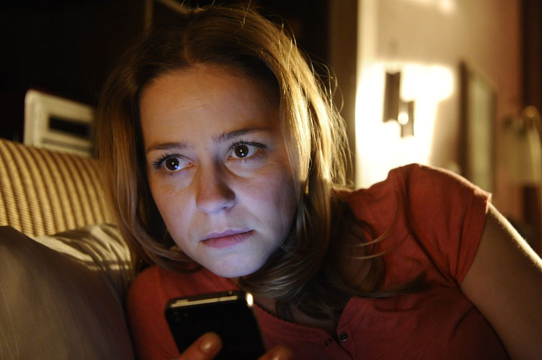 Als die arbeitslose Journalistin Tine (Theresa Scholze) herausfindet, dass ihr Freund sie betrügt, schreibt sie unter seinem Namen einen Artikel, d... - Bildquelle: Claudius Pflug SAT.1