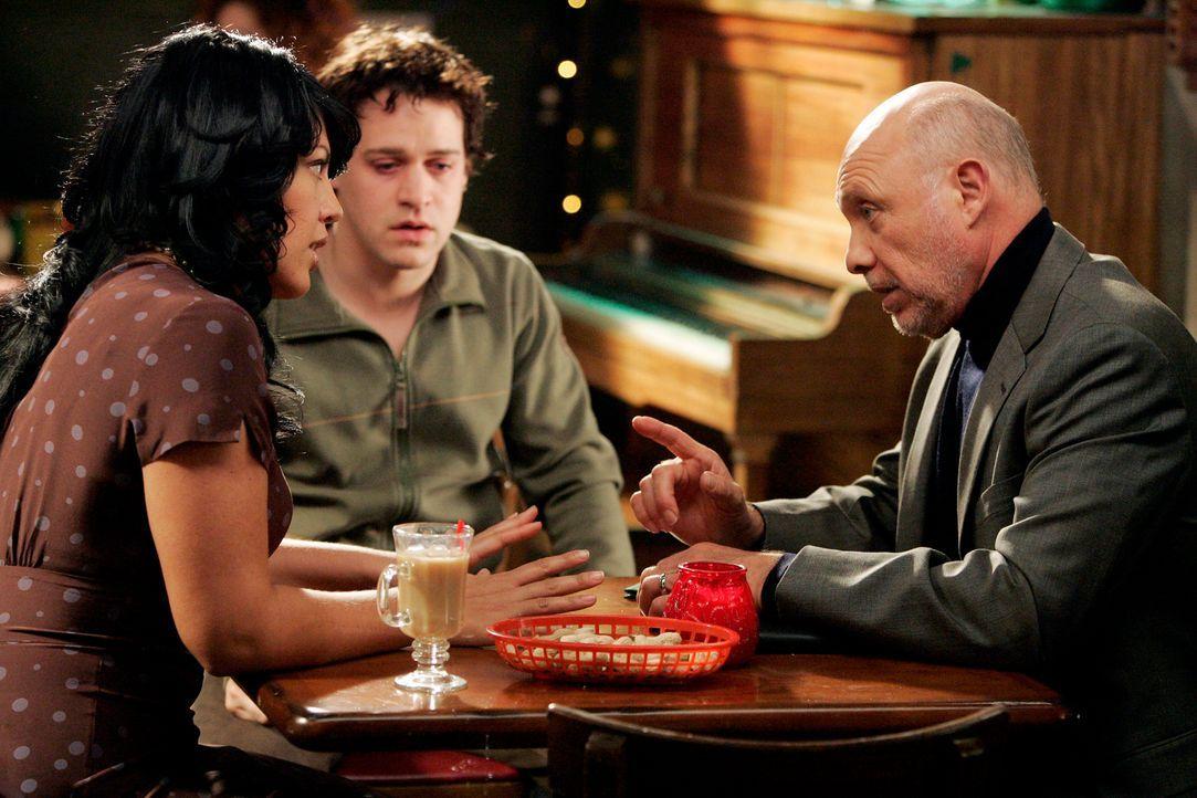 Gemeinsames Abendessen: Callie (Sara Ramirez, l.), George (T. R. Knight, M.) und Mr. Torres (Hector Elizondo, r.) ... - Bildquelle: Touchstone Television