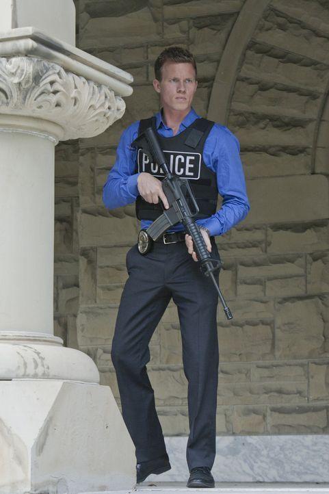 Ein neuer Fall bringt Wes (Warren Kole) und seinen Kollegen Travis dazu, sie etwas mehr zu vertrauen ... - Bildquelle: 2012 USA Network Media, LLC