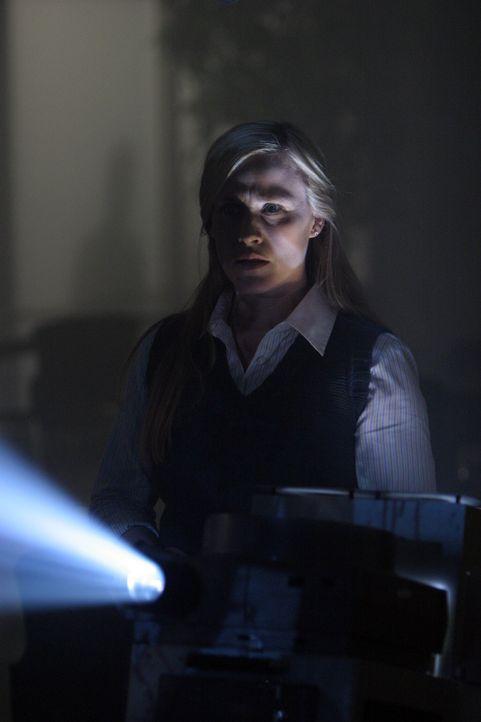 Während ihres Praktikums bei der Bezirksstaatsanwaltschaft führt Allison Dubois (Patricia Arquette) die Fotos vom Tatort nicht einfach nur vor, si... - Bildquelle: Paramount Network Television