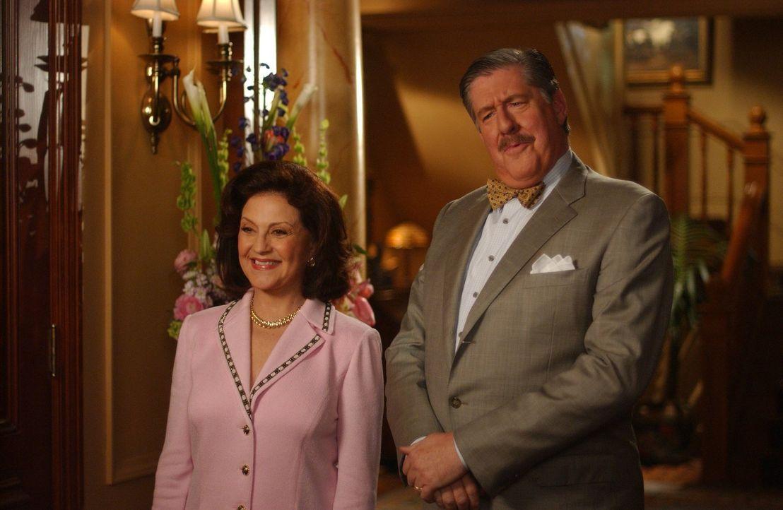 Sind ganz entzückt von dem Freund ihrer Enkelin Rory, der sogar ein echter Huntzberger ist: Emily (Kelly Bishop, l.) und Richard (Edward Herrmann, r... - Bildquelle: 2004 Warner Bros.