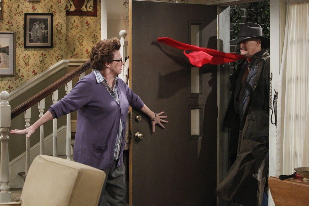 Patrick (Gerald McRaney, r.) möchte Peggy (Rondi Reed, l.) zurückgewinnen und überrascht sie deshalb mit einem besonderen Outfit ... - Bildquelle: Warner Brothers