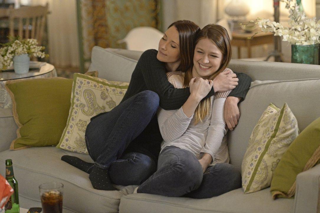 Schon von Kindheit an beschützt Alex (Chyler Leigh, l.) ihre Schwester Kara (Melissa Benoist, r.). Doch kann sie sie auch vor sich selbst schützen? - Bildquelle: 2015 Warner Bros. Entertainment, Inc.