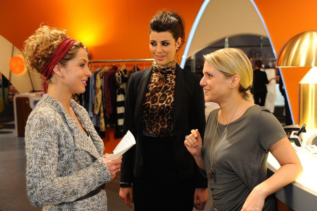 Carla (Sarah Mühlhause, M.) kann nicht glauben, was Anna (Jeanette Biedermann, r.) Nina (Maria Wedig, l.) rät ... - Bildquelle: SAT.1