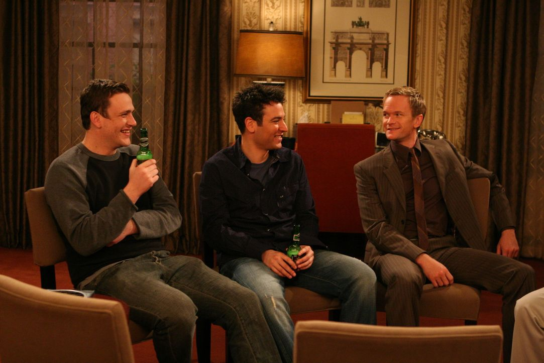 Der Junggesellenabschied von Marshall (Jason Segel, l.) steht bevor. Gemeinsam mit Ted (Josh Radnor, M.), Barney (Neil Patrick Harris, r.) und zwei... - Bildquelle: Monty Brinton 20th Century Fox International Television