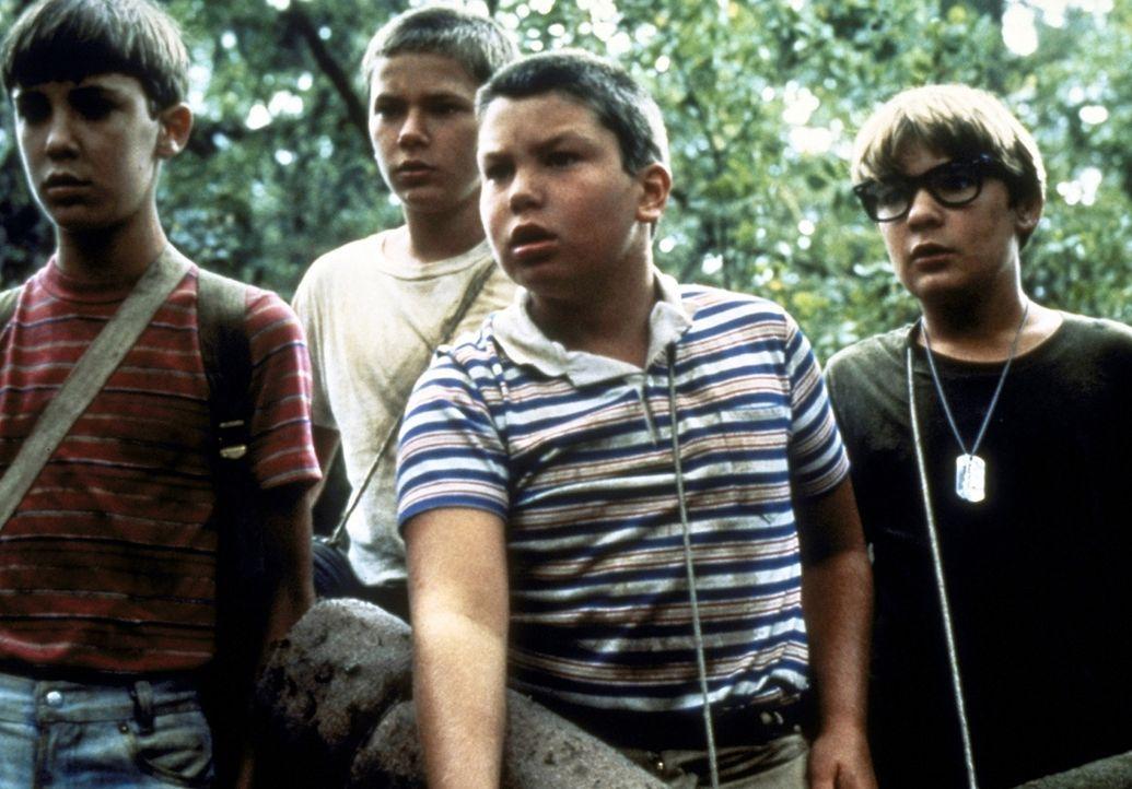 Die vier Freunde Gordie (Will Wheaton, l.), Chris (River Phoenix, 2.v.l.), Vern (Jerry O´Connell, 2.v.r.) und Teddy (Corey Feldman, r.) suchen nach... - Bildquelle: Columbia Pictures