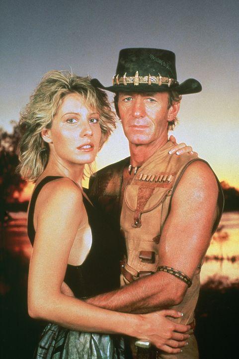 Mit Hilfe der Reporterin Sue (Linda Kozlowski, l.) lernt sich der Naturbursche Mick (Paul Hogan, r.) in dem Großstadtdschungel von New York zurecht... - Bildquelle: Paramount Pictures