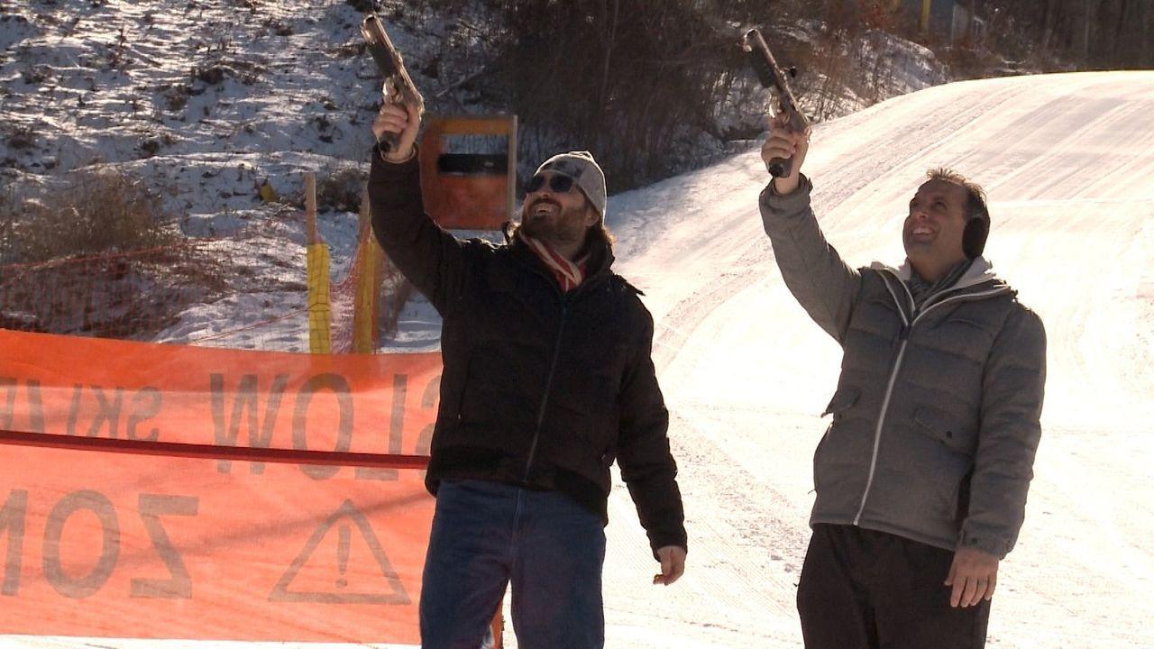 Was da wohl die Zielscheibe ist? Brian (l.) und Joe (r.) scheinen auf jeden Fall keine Skrupel zu haben ... - Bildquelle: 2014 Warner Bros.