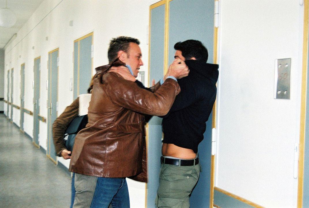 Geschnappt: Ermittler Christian Storm (l.) hindert einen Verdächtigen an der Flucht ... - Bildquelle: Riedel Sat.1