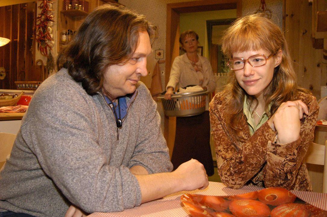 Erleichtert darüber, sich endlich bei ihren Eltern (Volker Herold, l. und Ulrike Mai, M.) ihren Kummer von der Seele geredet zu haben, fasst Lisa (A... - Bildquelle: Noreen Flynn Sat.1