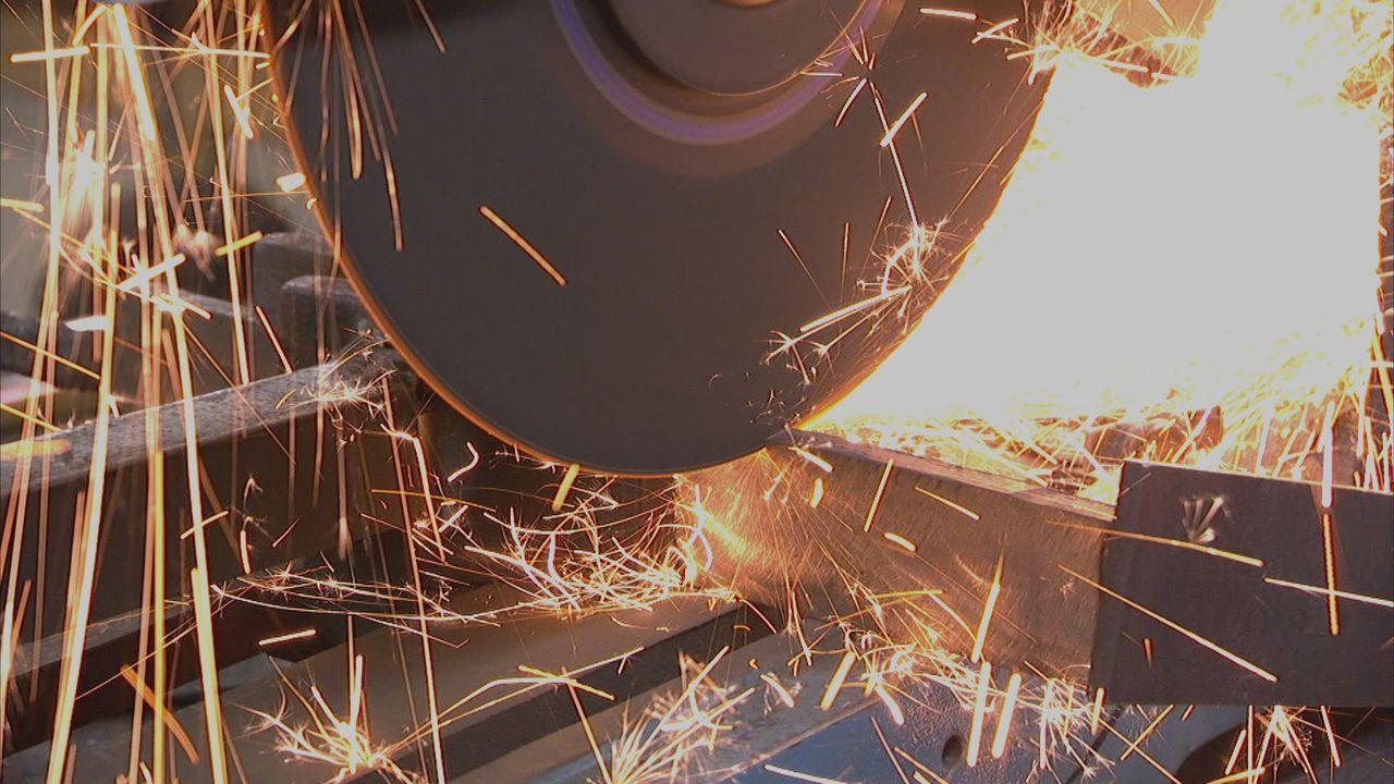 Heutzutage werden die meisten Produkte längst mit Maschinen hergestellt, doch bei manchen Dingen ist immer noch Handarbeit gefragt, um höchste Quali... - Bildquelle: Half Yard Productions