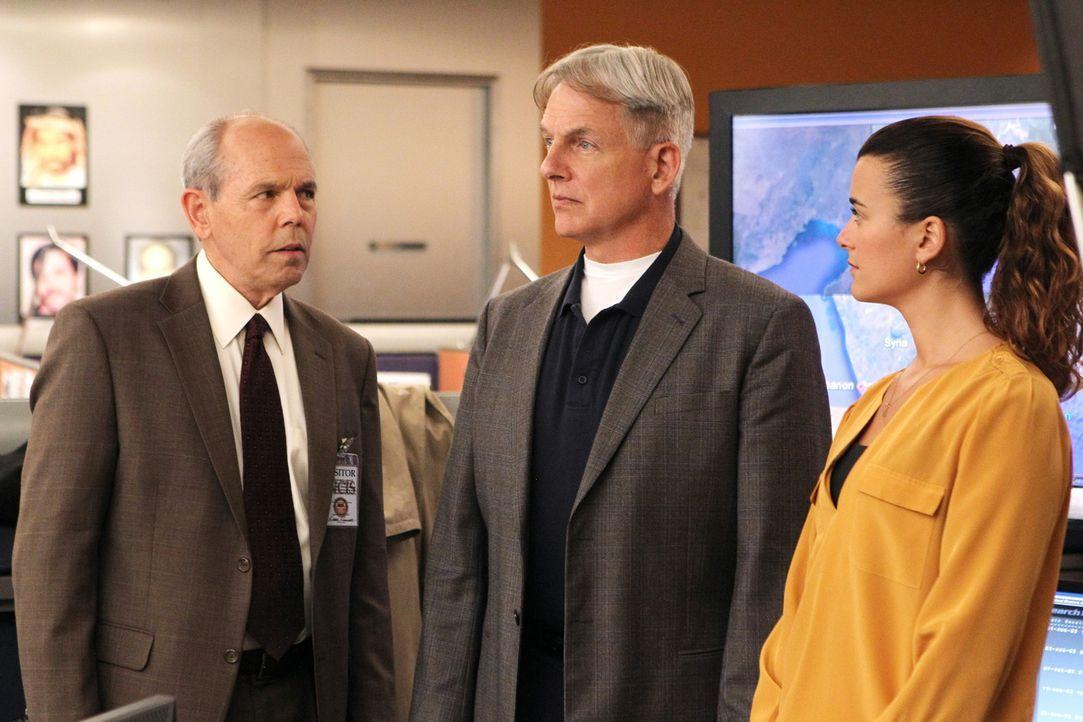 Ermitteln gemeinsam mit FBI-Agent Fornell (Joe Spano, l.): Gibbs (Mark Harmon, M.) und Ziva (Cote de Pablo, r.) ... - Bildquelle: CBS Television