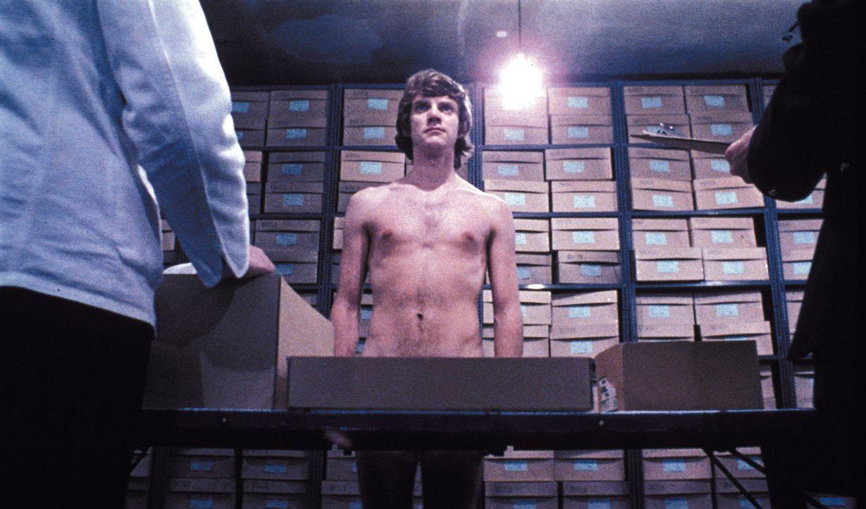 Um seine Haftstrafe vorzeitig zu beenden, wird Alex (Malcolm McDowell, M.) im Gefängnis der 'Ludovico-Therapie' unterzogen, die ihn von allen Sex- u... - Bildquelle: Warner Bros. Television
