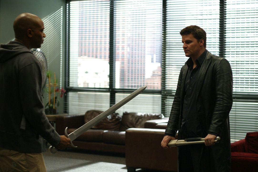 Was hat Charles (J. August Richards, l.) mit dem Schwert vor? Ist angel (David Boreanaz, r.) in Gefahr ... - Bildquelle: The WB Television Network