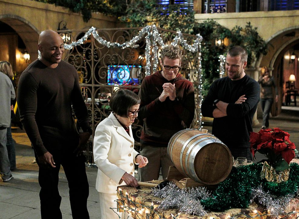 Obwohl Weihnachten vor der Tür steht, muss das Team einen neuen Fall aufdecken: Sam (LL Cool J, l.), Hetty (Linda Hunt, 2.v.l.), Eric (Barrett Foa,... - Bildquelle: CBS Studios Inc. All Rights Reserved.