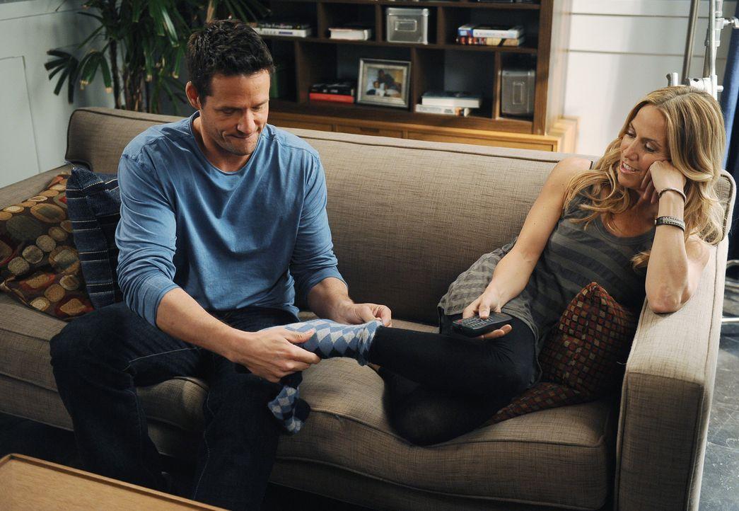 Grayson (Josh Hopkins, l.) würde alles für seine neue Freundin Sara (Sheryl Crow, r.) tun. Doch kann er sie mit seiner Fürsorge wirklich halten? - Bildquelle: 2009 ABC INC.