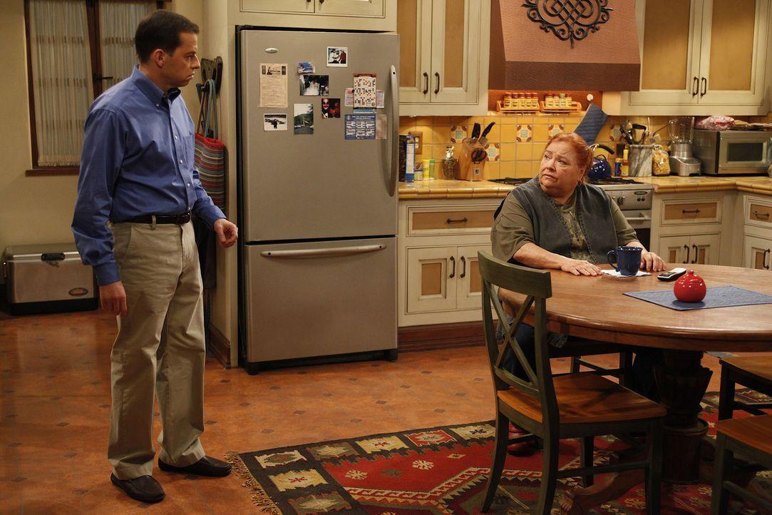 Sind sich mal wieder nicht einig: Berta (Conchata Ferrell, r.) und Alan (Jon Cryer, l.) ... - Bildquelle: Warner Brothers Entertainment Inc.