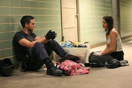 Containment - Während Jake (Chris Wood, l.) sich Sorgen um Katies (Kristen Gu...