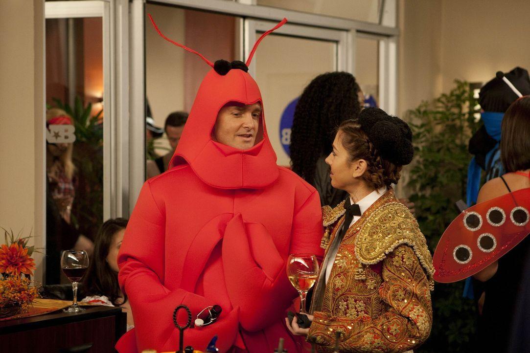 Als Randy (Will Forte, l.) auf einer Halloweenparty Lily (Alyson Hannigan, r.) nach Robin fragt, kommt diese gleich auf dumme Gedanken ... - Bildquelle: 20th Century Fox International Television