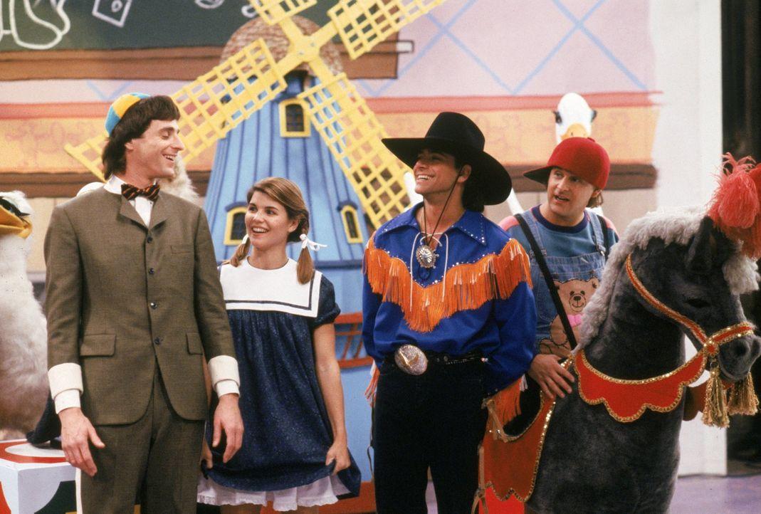 In Michelles Traum schrecken Danny (Bob Saget, l.), Becky (Lori Loughlin, 2.v.l.), Jesse (John Stamos, 2.v.r.) und Joey (Dave Coulier, r.) selbst vo... - Bildquelle: Warner Brothers Inc.