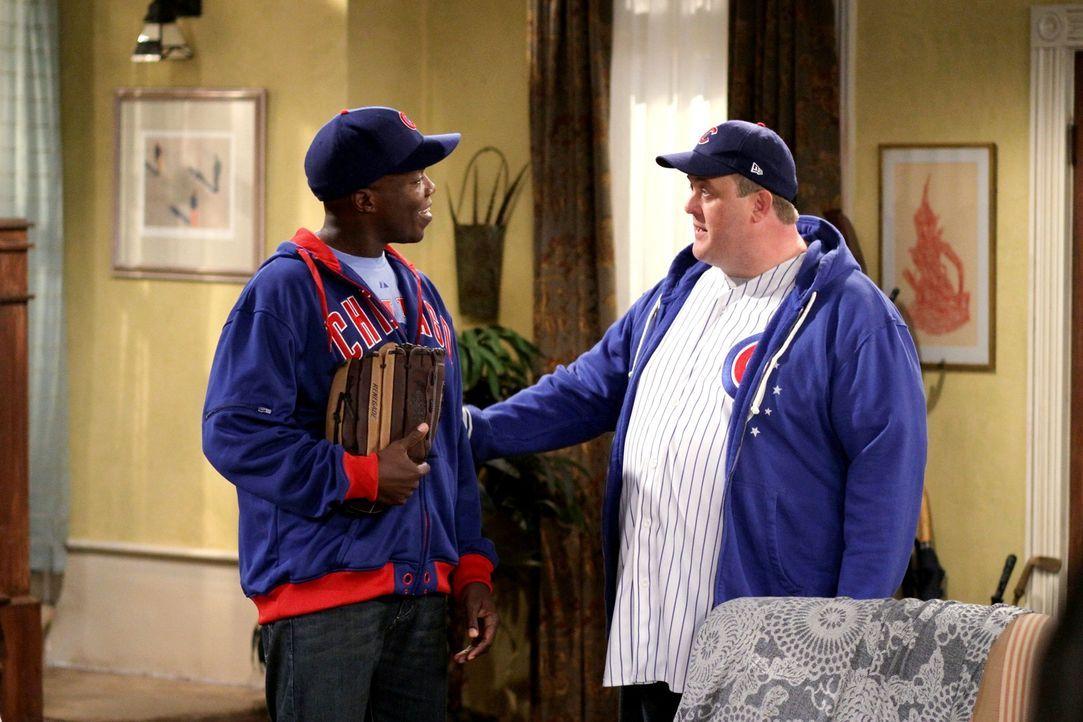 Freuen sich auf den Saisonstart der Baseballliga: Carl (Reno Wilson, l.) und Mike (Billy Gardell, r.) ... - Bildquelle: 2010 CBS Broadcasting Inc. All Rights Reserved.