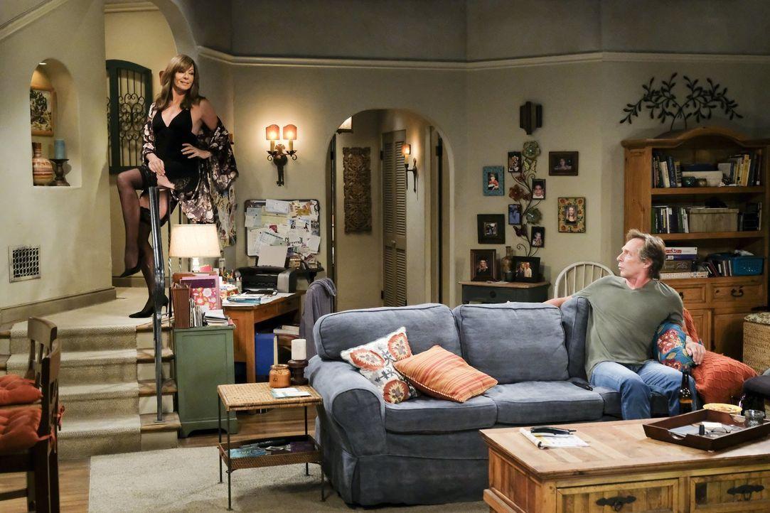 Bonnie (Allison Janney, l.) setzt alles daran, Adam (William Fichtner, r.) zu überzeugen, seinen entfremdeten Bruder einzuladen, damit sie ihn endli... - Bildquelle: 2017 Warner Bros.