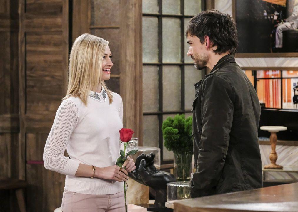 Ihr drittes Date steht bevor: Caroline (Beth Behrs, l.) und Bobby (Christopher Gorham, r.) ... - Bildquelle: Warner Bros. Television