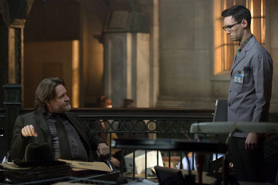 Bullock (Donal Logue, l.) versucht alles, um die Unschuld von Gordon zu beweisen. Doch dabei kann er nicht auf die Hilfe von Edward Nygma (Cory Mich... - Bildquelle: Warner Brothers