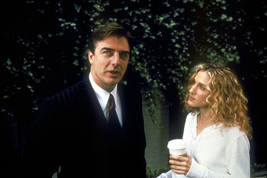 Als Mr. Big (Christopher Noth, l.) Carrie seiner Mutter vorstellt, wird aus deren Reaktionen ersichtlich, dass sie noch nie etwas von Carrie (Sarah... - Bildquelle: 2001 Paramount Pictures