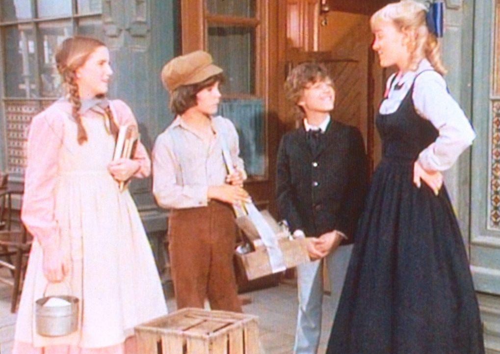 Nellie (Alison Arngrim, r.) und Willie (Jonathan Gilbert, 2.v.r.) prahlen mit ihren Schuluniformen, doch Laura (Melissa Gilbert, l.) und Albert (Mat... - Bildquelle: Worldvision