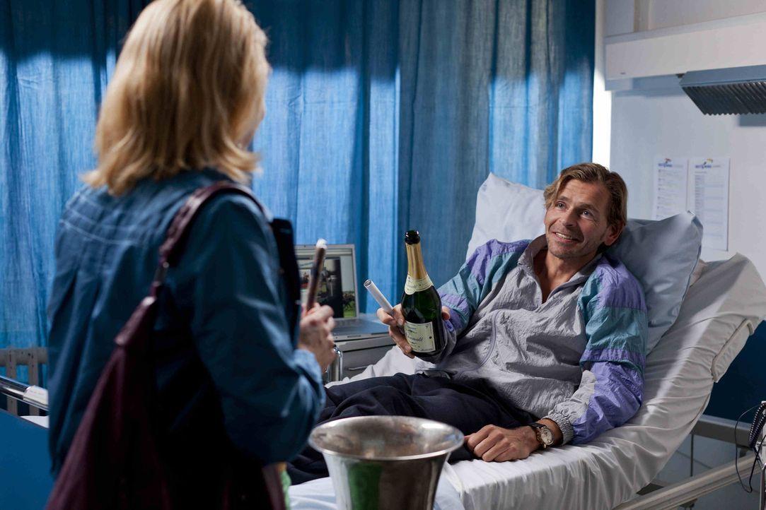 Danni (Annette Frier, l.) hat einen neuen Mandanten. Jens Plesse (Tonio Arango, r.) betreibt aus dem Krankenbett heraus ein blühendes Geschäft mit S... - Bildquelle: Frank Dicks SAT.1