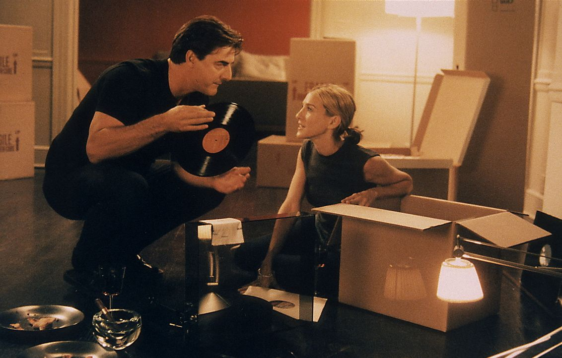 Big (Chris Noth, l.) und Carrie (Sarah Jessica Parker, r.) verabreden sich zu einem letzten echten New Yorker Date - aber zuerst, wird auf 'Moon Riv... - Bildquelle: Paramount Pictures