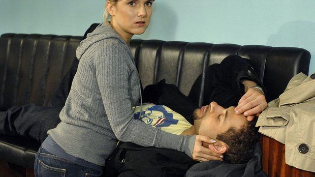 Anna (Jeanette Biedermann, l.) ist entsetzt, dass Jannick (Mike Adler, r.) ei...