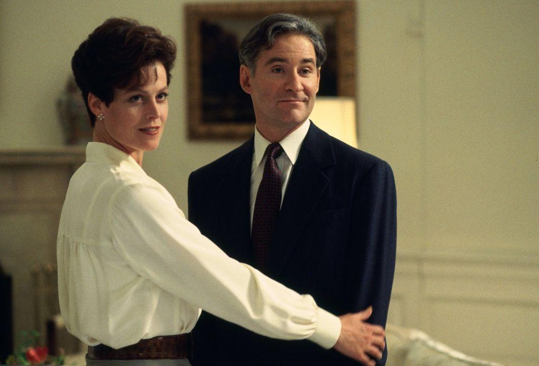 Als der Präsident beim außerehelichen Beischlaf vom Schlag getroffen wird, wird Dave (Kevin Kline, r.), wegen seiner Ähnlichkeit zu ihm, von den per... - Bildquelle: Warner Brothers