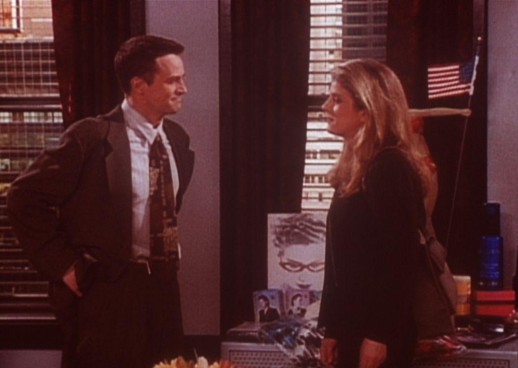 Chandler (Matthew Perry, l.) versucht Joanna (Alison LaPlaca, r.) klarzumachen, dass er sie nicht liebt. - Bildquelle: TM+  2000 WARNER BROS.