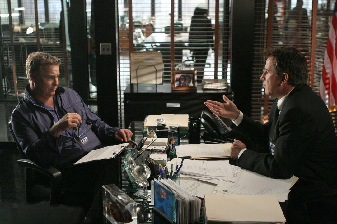 Besprechen die weitere Vorgehensweise: Gil Grissom (William Petersen, l.) und Jack (Anthony LaPaglia, r.) - Bildquelle: Warner Bros. Entertainment Inc.