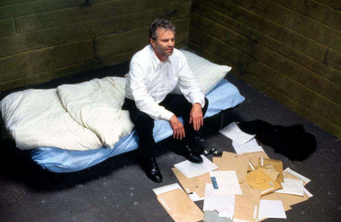 In einem Keller wird Peter Sommer (Peter Sattmann) gefangen gehalten. - Bildquelle: Thorsten Jander Sat.1
