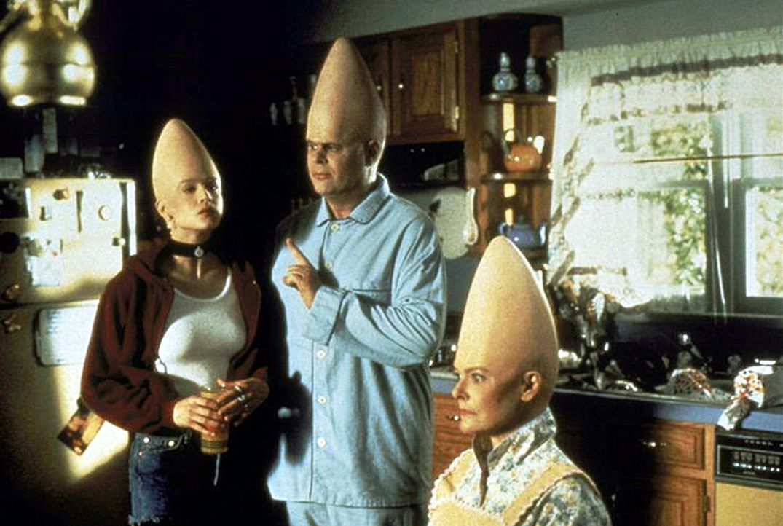 Die Einwanderungsbehörde erwischt die Coneheads Mutter Prymaat (Jane Curtin, r.), Tochter Connie (Michelle Burke, l.) und Vater Beldar (Dan Aykroyd,... - Bildquelle: Paramount Pictures