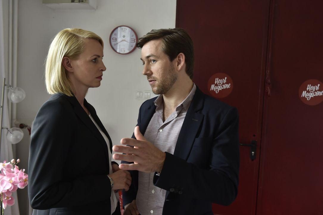 Als Theresa (Simone Hanselmann, l.) ihren Ex-Freund Jens (Florian Anderer, r.) mit einer anderen sieht, möchte sie ihn zurückhaben. - Bildquelle: Claudius Pflug SAT.1