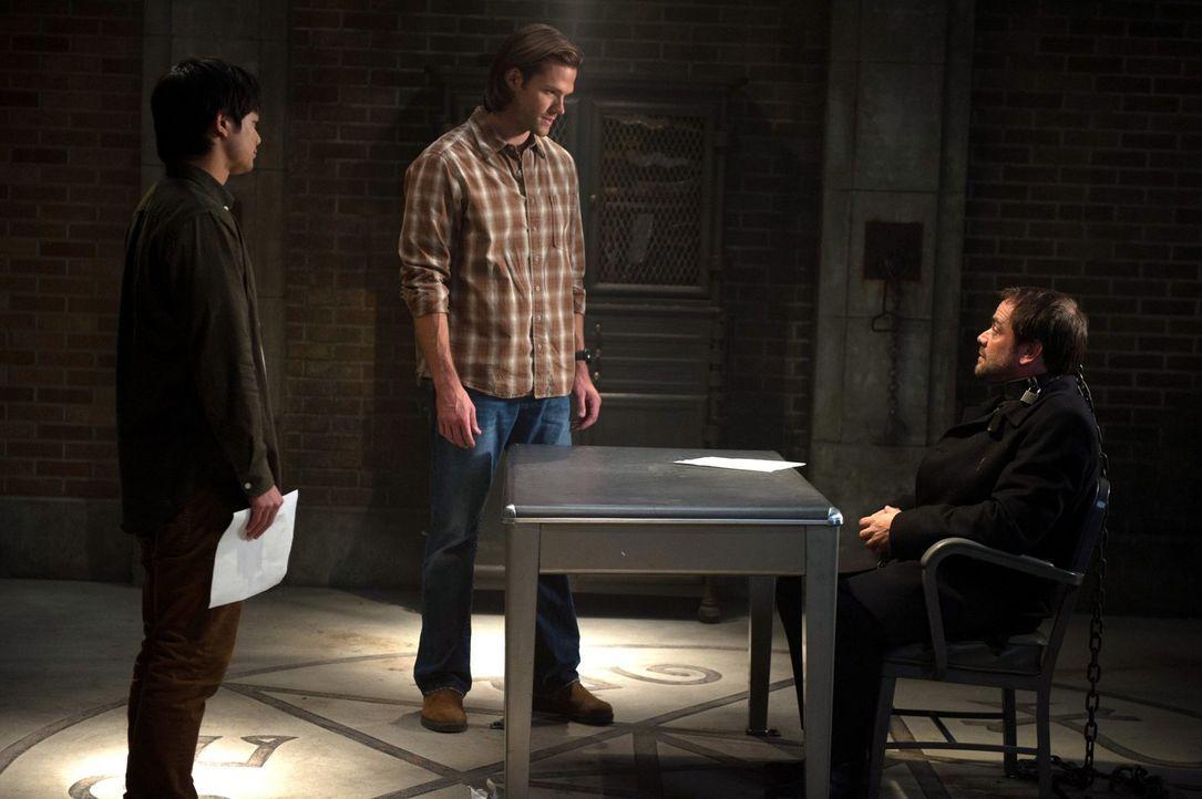 Können Kevin (Oscric Chau, l.) und Sam (Jared Padalecki, M.) Crowley (Mark Sheppard, r.) wirklich vertrauen oder erzählt er ihnen doch etwas anderes... - Bildquelle: 2013 Warner Brothers