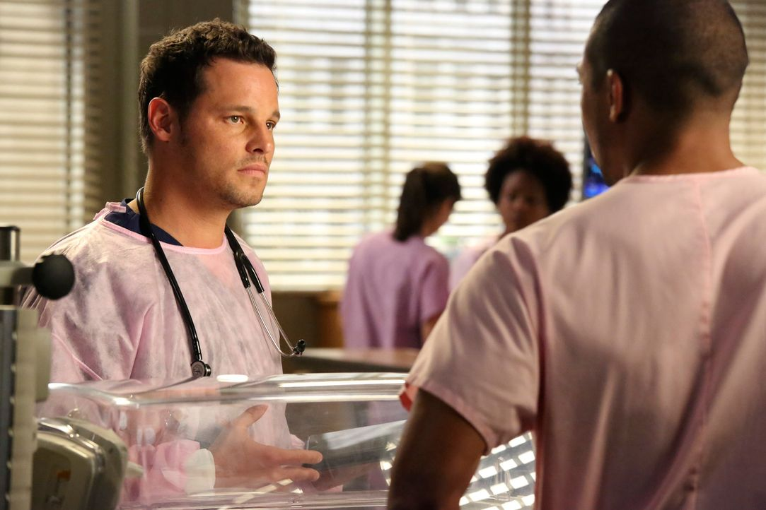 Jason (Charles Michael Davis, r.) sucht das Gespräch mit Alex (Justin Chambers, l.), um ihm gegenüber seinen Respekt zum Ausdruck zu bringen ... - Bildquelle: ABC Studios