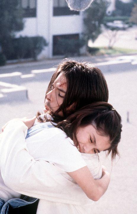 Die Geschwister Ben (Rodney Eastman, r.) und Blair (Danielle Wiener, l.) liegen sich in den Armen. - Bildquelle: Viacom