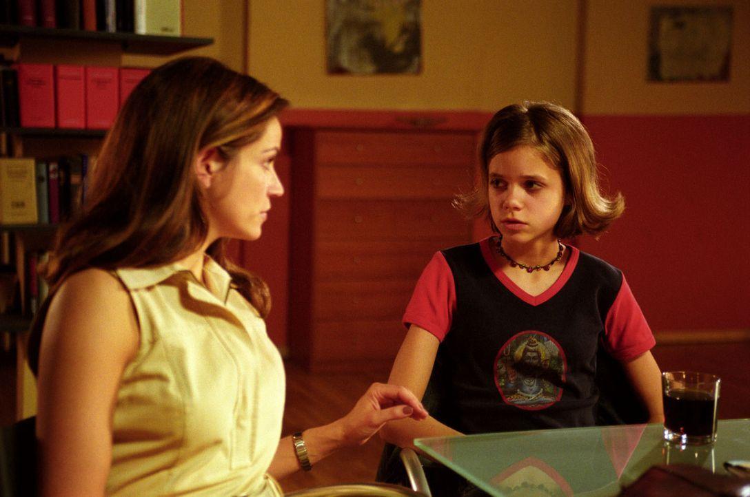 Die erst 14-jährige Tabea (Sidonie von Krosigk, r.) taucht in der Kanzlei auf und sucht bei Sandra (Rebecca Immanuel, l.) Rat: Sie ist schwanger und... - Bildquelle: Hardy Spitz Sat.1
