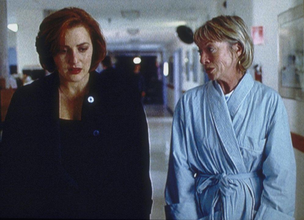Cassandra Spender (Veronica Cartwright, r.), die inzwischen ihre zentrale Rolle bei den Plänen des Syndikats kennt, vertraut Scully (Gillian Anderso... - Bildquelle: TM +   2000 Twentieth Century Fox Film Corporation. All Rights Reserved.
