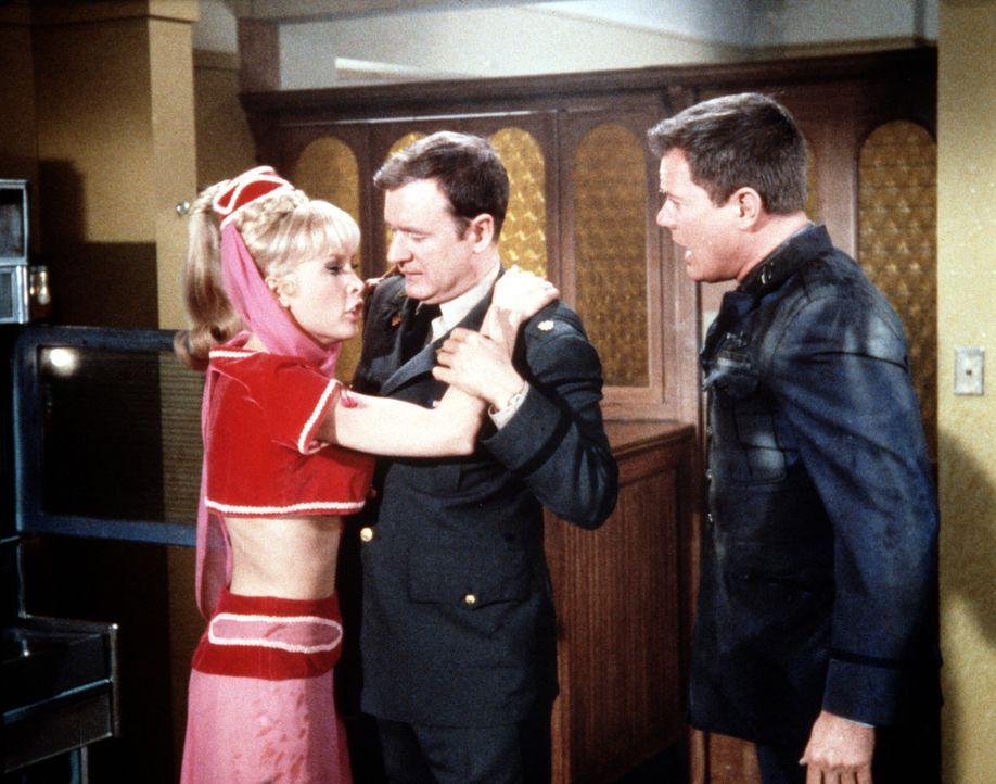 Tony (Larry Hagman, r.) ist für Jeannie (Barbara Eden, l.) plötzlich abstoßend, während sie Roger (Bill Daily, M.) liebt. - Bildquelle: Columbia Pictures